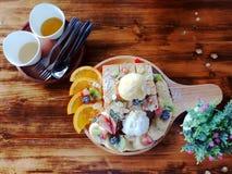 Odgórnego widoku ostrość, chleb i lody, zdjęcie stock