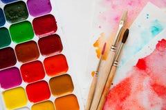 Odgórnego widoku paleta akwarela maluje, muśnięcia i papier dla w Zdjęcie Royalty Free