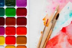 Odgórnego widoku paleta akwarela maluje, muśnięcia i papier dla w Obraz Royalty Free