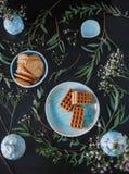 Odgórnego widoku piękny błękitny handmade tableware i cukierków wypiekowi imbirowi ciastka, gofry zdjęcie royalty free