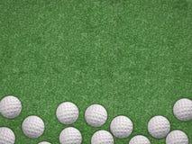 Odgórnego widoku piłki golfowe na zielonym tle obrazy stock