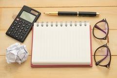 Odgórnego widoku plamy morszczyn szkła, round papier, pusty notatnik, calcul Zdjęcia Stock