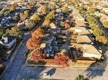 Odgórnego widoku podmiejski mieszkaniowy sąsiedztwo z kolorowym spadkiem fo obrazy stock