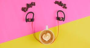 Odgórnego widoku pojęcia kawowy uśmiech na kolor żółty menchii tle Fotografia Royalty Free