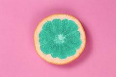 Odgórnego widoku popart grapefruitowy zielony kolor na różowym tle Fotografia Stock