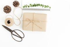 Odgórnego widoku prezentów akcesoria na białym tle i pudełko, Handmade prezenta opakunek na białej podłodze fotografia stock