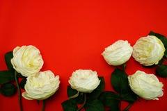 Odgórnego widoku przestrzeni kopia z sztuczną białą peonią kwitnie bukiet fotografia stock