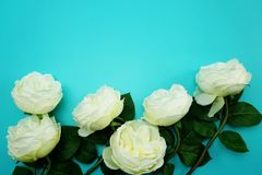 Odgórnego widoku przestrzeni kopia z sztuczną białą peonią kwitnie bukiet zdjęcie stock