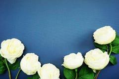 Odgórnego widoku przestrzeni kopia z sztuczną białą peonią kwitnie bukiet zdjęcia stock