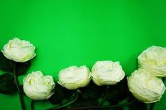 Odgórnego widoku przestrzeni kopia z sztuczną białą peonią kwitnie bukiet obrazy stock