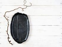 Odgórnego widoku pusty czarny talerz na drewnie fotografia stock