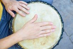 Odgórnego widoku ręka bongo gracz Zdjęcie Royalty Free