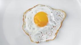 Odgórnego widoku ranku apetyczny świeży posiłek smażył jajecznego wiruje strzał odizolowywającego przy białym tłem zbiory