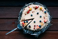 Odgórnego widoku round biały czekoladowy tort obrazy stock