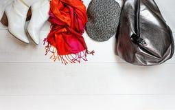 Odgórnego widoku stroju smokingowego bielu żeńskich inkasowych butów szalika nakrętki srebra torby plecaka czerwoni akcesoria na  obraz royalty free