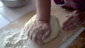 Odgórnego widoku strzał kobieta wręcza mieszać ciasto Żeńskie ręki ugniatają ciasto na drewnianej desce zbiory