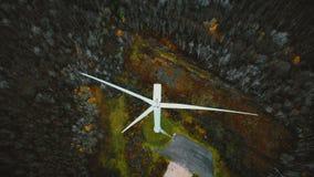 Odgórnego widoku truteń lata nad pracującym wiatraczkiem w zima lesie, przyszłościowy alternatywny odnawialny życzliwy energetycz zbiory