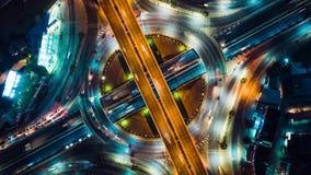 Odgórnego widoku upływ samochodowy ruch drogowy przy okręgu rondem, 4K UHD trutnia zoom za antena strzale Postępowy przewieziony  zbiory