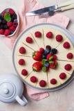 Odgórnego widoku wakacje tort z jagodami na lekkim tle fotografia stock
