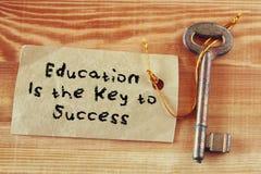 Odgórnego widoku wizerunek klucz z notatką i zwrot edukacją jest kluczem sukces Obrazy Royalty Free