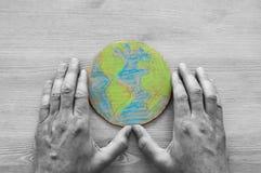 Odgórnego widoku wizerunek mężczyzna ręki mienia ziemi kula ziemska Fotografia Stock