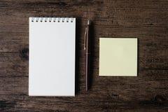 Odgórnego widoku wizerunek pusty notatnik, pusty kleisty nutowy papier i pe, zdjęcia stock