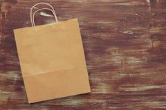 Odgórnego widoku wizerunek pusty przetwarza torba na zakupy na drewnianym tle Zdjęcia Royalty Free