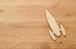 Odgórnego widoku wizerunek rakiety zabawka nad drewnianym tłem fotografia stock