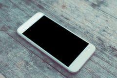 Odgórnego widoku wizerunek smartphone nad drewnianym stołowym pokojem dla teksta, przygotowywającym dla mockup Opróżnia przestrze Obrazy Stock