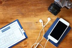 Odgórnego widoku wizerunek telefon z pustym ekranem, starym kamera paszportem i lota abordażu przepustką, Zdjęcie Royalty Free