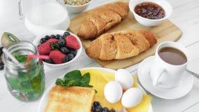 Odgórnego widoku zadziwiający drewniany stołowy pełny apetyczny śniadaniowy jedzenie tropi strzał zbiory wideo