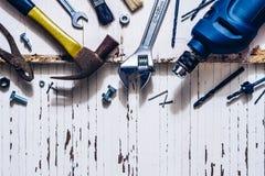 Odgórnego widoku zakończenie up rozmaitość przydatni narzędzia i ośniedziali narzędzia na grun obraz stock