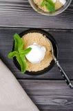 Odgórnego widoku zakończenie w górę Apple rozdrobni deser z waniliowym lody, zieleni mennica na popielatym drewnianym stole rozwi Obrazy Stock