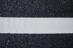 Odgórnego widoku zakończenie w górę tekstury tła asfaltowa droga z białą linią Obrazy Royalty Free