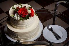 odgórnego widoku zbliżenia wielopoziomowy tort na szklanej tacy z talerzami i łyżkami fotografia stock