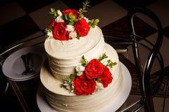 Odgórnego widoku zbliżenia wielopoziomowy tort z różami na szklanej tacy fotografia royalty free