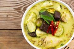 Odgórnego widoku zieleni curry Z kurczaków przepisami zdjęcia stock