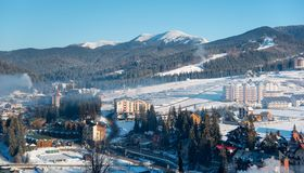 Odgórnego widoku zimy krajobraz grodzkie pobliskie góry troszkę obraz stock