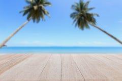 Odgórny drewniany stół i plama tropikalny plażowy tło Zdjęcia Royalty Free