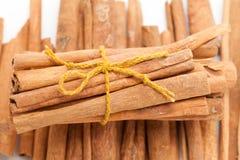 Odgórny frontowego widoku plik Surowi Organicznie Cynamonowi kije (Cinnamomum verum) zdjęcie stock