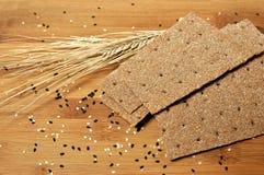 Odgórny stół plasterki zdrowy zboże chleb z pszeniczną dekoracją zdjęcie royalty free