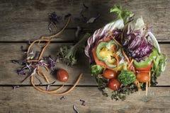 Odgórny Stołowy widok piękno Kolorowe i Zdrowe sałatki Zdjęcie Stock