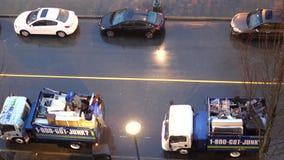Odgórny strzał dżonki ciężarówka dla zbierać małego meble z kierowcą używa młot niszczyć gabineta zbiory