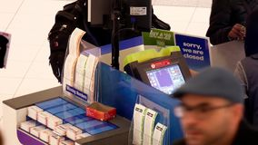 Odgórny strzał ludzie kupuje loteryjnego bilet wśrodku centrum handlowego zbiory wideo
