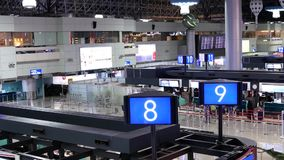 Odgórny strzał pasażery iść czek w biurkach zdjęcie wideo