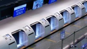 Odgórny strzał pasażery iść Porcelanowa linia lotnicza sprawdza wewnątrz biurka zbiory wideo