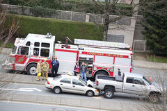 Odgórny strzał scena dwa samochodów wypadek zdarzał się w popołudniu Obraz Royalty Free