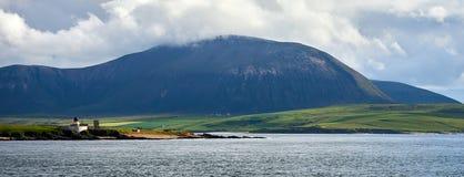 Odgórny szczyt w wyspie widzieć od stałego lądu Orkney Hoy, Szkocja fotografia stock