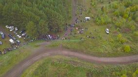 Odgórny widok ściga się z SUVs droga klamerka Widok ściga się w lesie przeciw tłumom fan kończyć SUV zbiory wideo