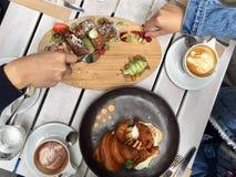 Odgórny widok śniadanio-lunch przy Białym Mojo w Melbourne zdjęcia royalty free